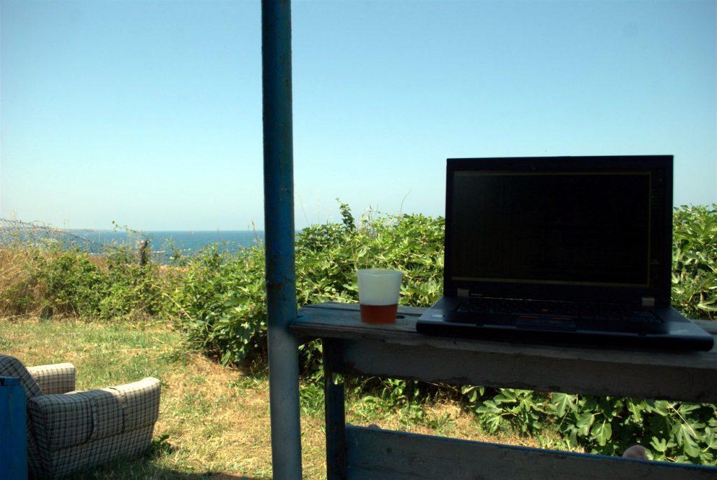 лаптоп и море